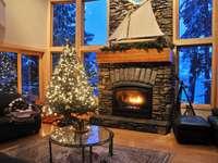 Wohnzimmer mit Kamin zu Weihnachten