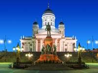 Estatua del zar Alejandro II en la Plaza del Senado (Finlandia)