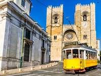 Tranvía amarillo en Lisboa (Portugal)