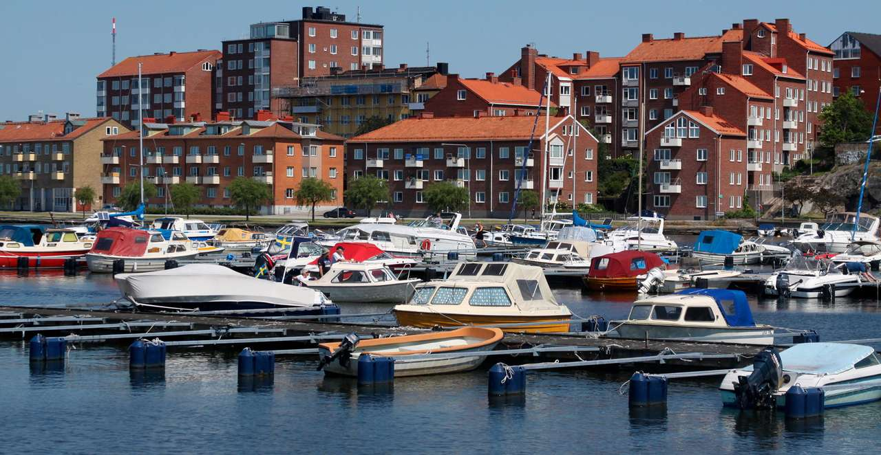 Mooring piers in Karlskrona (Sweden) - Karlskrona lies in the Blekinge archipelago in the Baltic Sea. The town center, main harbor and the shipyard are located on the island of Trossö. The Naval Museum, officially recognized as the Museum (12×6)