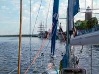 Iate partindo do porto de Kołobrzeg (Polônia)
