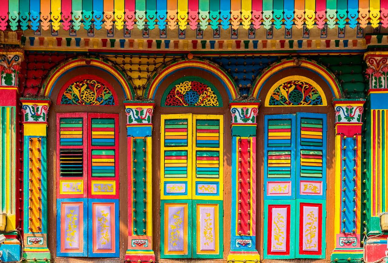Colorful house in Little India (Singapore) - Little India is an Indian district of Singapore, attracting visitors with colors, flavors and fragrances. The district is known for multicolor facades of buildings, ubiquitous flower garlands, shops a (20×14)