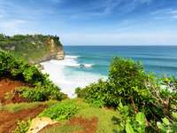 Cliff στην ακτή του Μπαλί (Ινδονησία)
