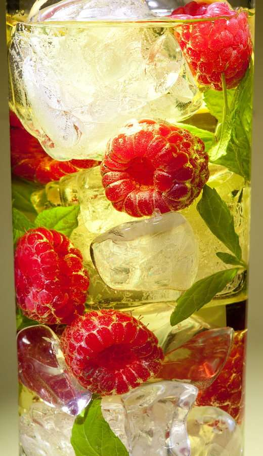 Drink with ice, raspberries and mint