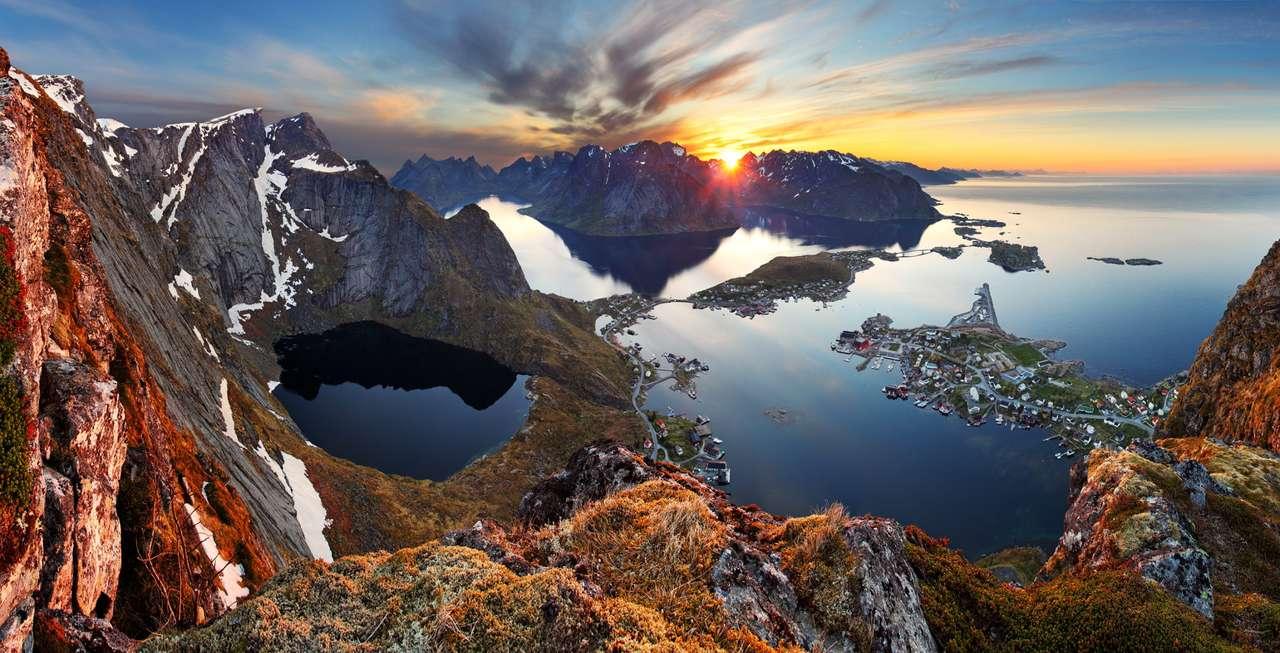 Paisagem montanhosa ao pôr do sol (Noruega)