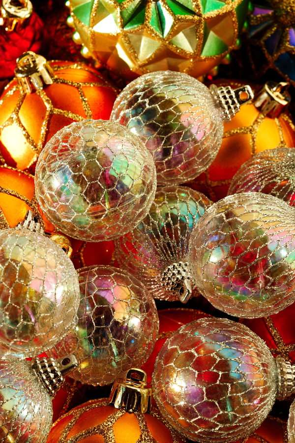 Christmas baubles - In the past, Christmas trees were decorated with walnuts, fruits and sweets, as well as handmade decoration of straw, wool or paper. Thin, blown glass balls were made in Germany and it was Hans Greine (8×12)