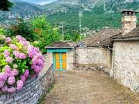 Calle de piedra en el pueblo de Papingo (Grecia)