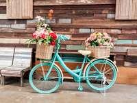 Egy régi kerékpár, mint egy virágágyás