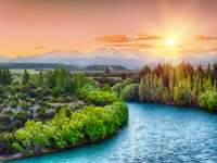 Coucher de soleil sur la rivière Clutha au pied des Alpes du Sud (Nouvelle-Zélande)
