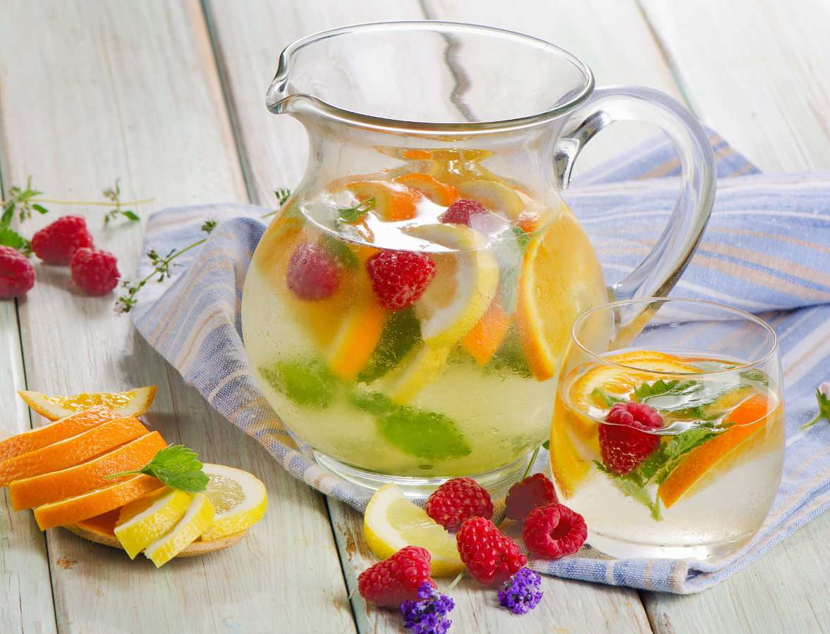 Water with ice and fruits - In hot weather our bodies should be regularly hydrated. An adult should drink up to two liters of water a day and drink even more in the periods of increased physical effort or high temperatures. Drin (11×9)