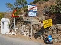 Skyltar längs vägen på ön Kea (Grekland)