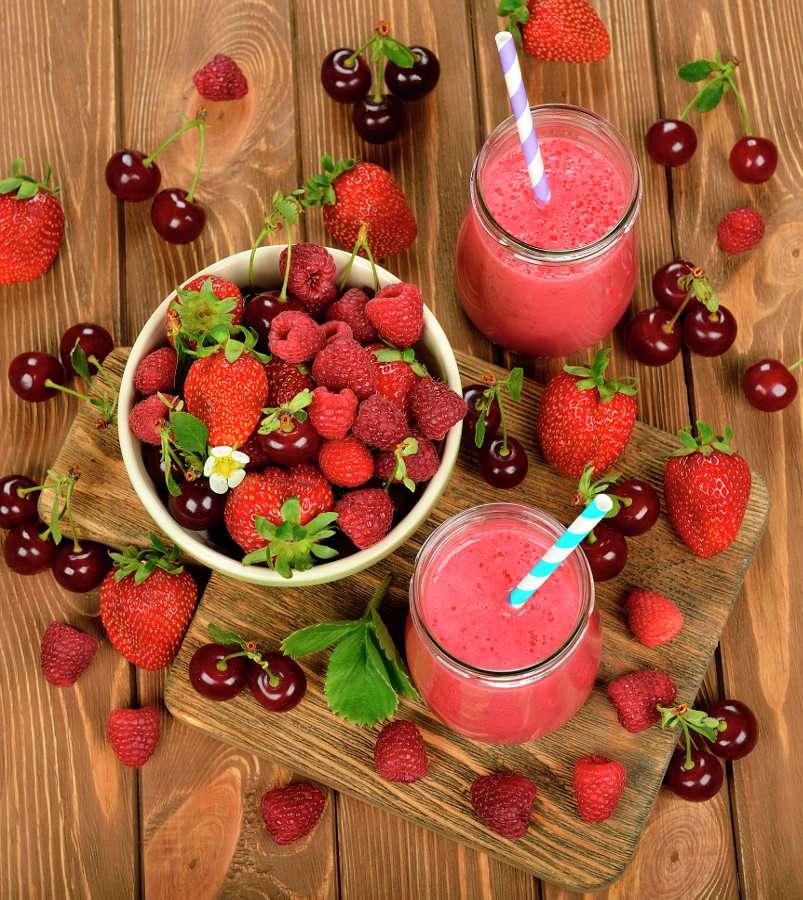 Smoothie mit Erdbeeren, Himbeeren und Kirschen