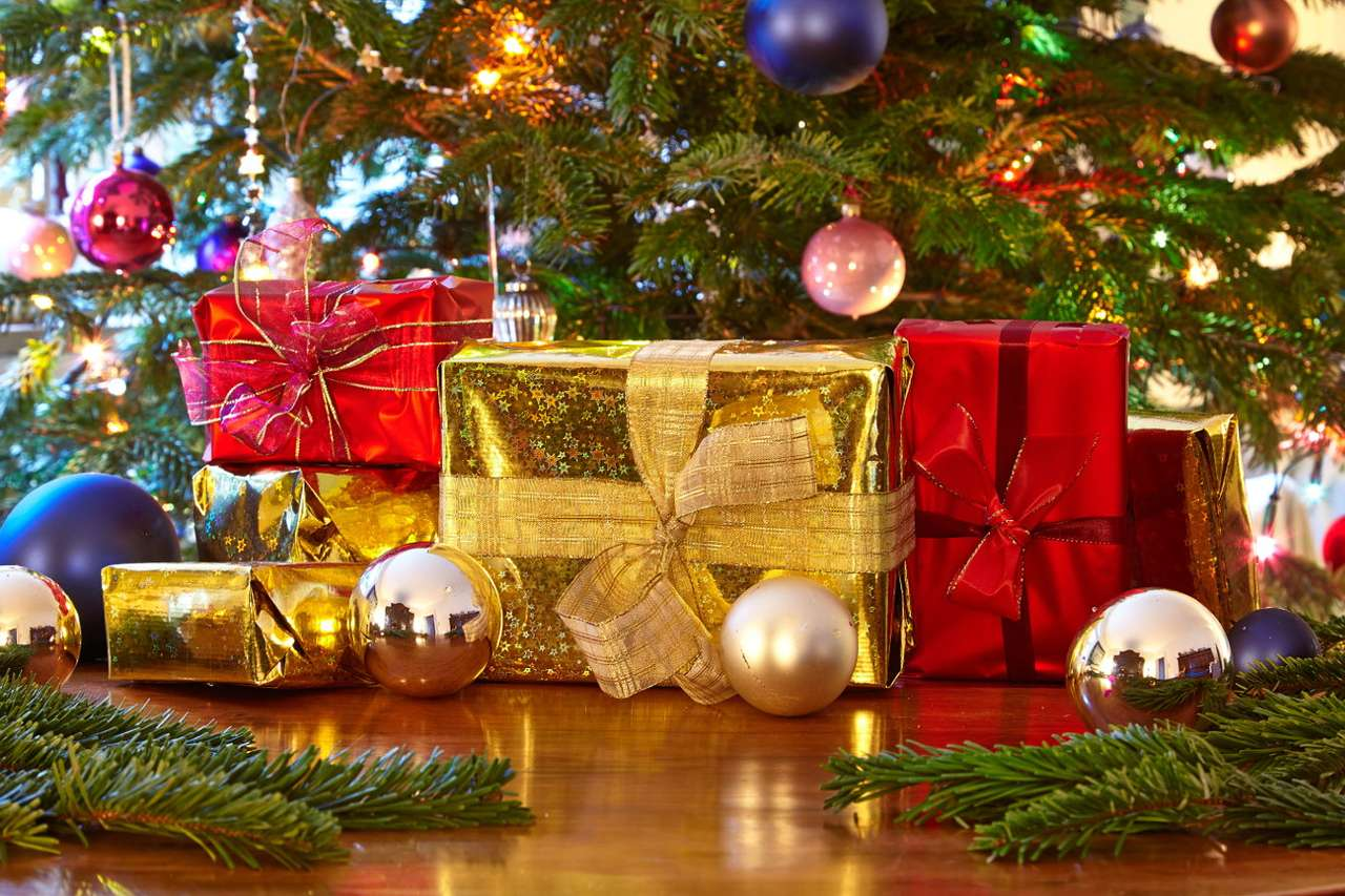 Christmas gifts - The genesis of the custom of giving gifts to relatives for Christmas, Santa Claus Day and Epiphany is not entirely clear. According to some theories, it is a reference to the gifts given to little Jes (12×8)