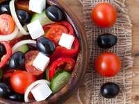 Griekse salade met zwarte olijven