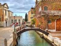 Houten brug over het kanaal in Venetië (Italië)