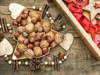 Nozes e avelãs em uma mesa de Natal