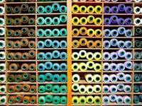 estanteria con hilos de colores