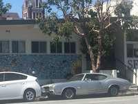 autó az utcán