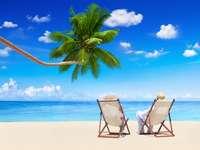Pareja relajante en la playa