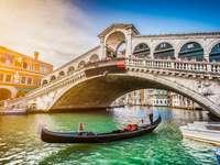 Rialto Bridge vid solnedgången i Venedig, Italien